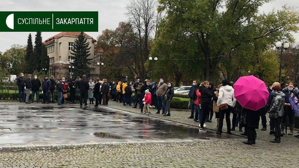 """В """"красном"""" Ужгороде предприниматели вышли на митинг с требованием разрешить им работать"""