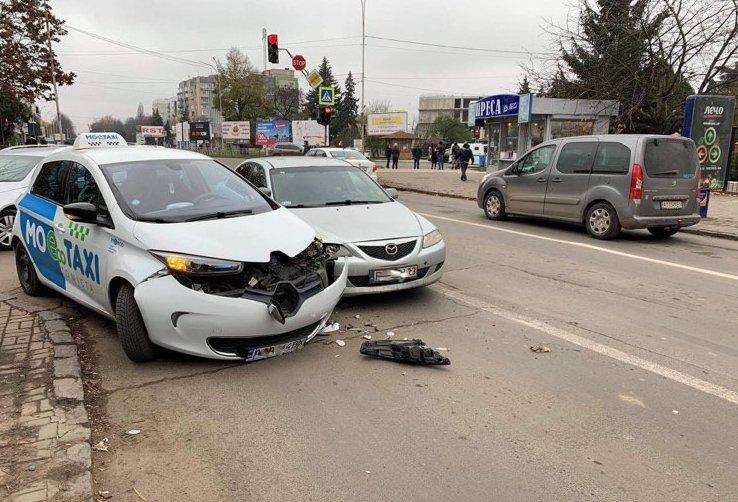 "Автівка з ""шашечками"" стала учасницею дорожньої пригоди в центрі Ужгорода"