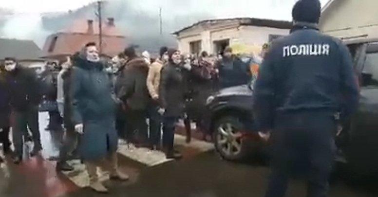 """Православные в Закарпатье """"воюют"""" между собой из-за церковной собственности"""