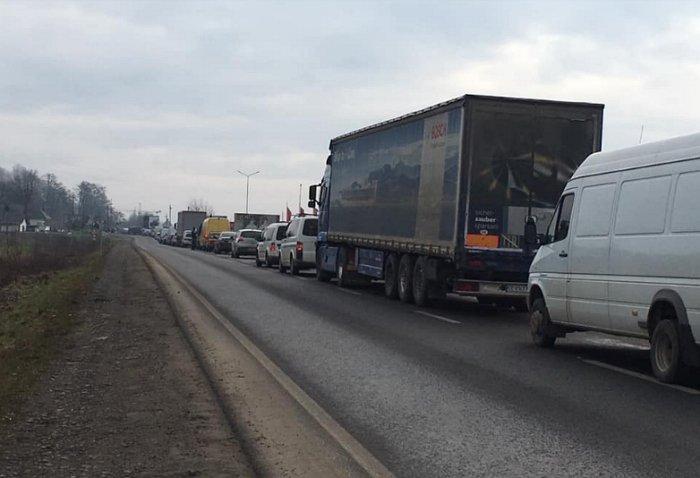 """Автівки на трасі у Карпатах утворили гігантську """"тягнучку"""""""