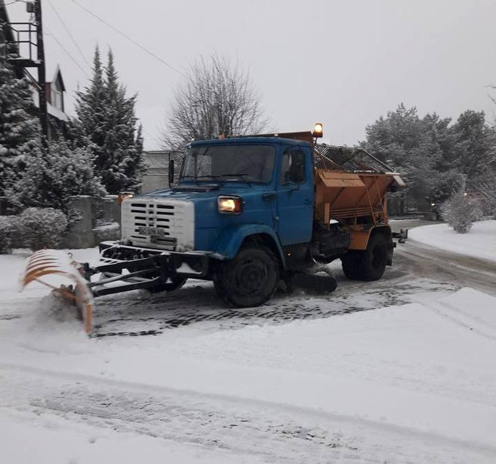 Ужгород вкрило снігом — на вулиці вийшли комунальники