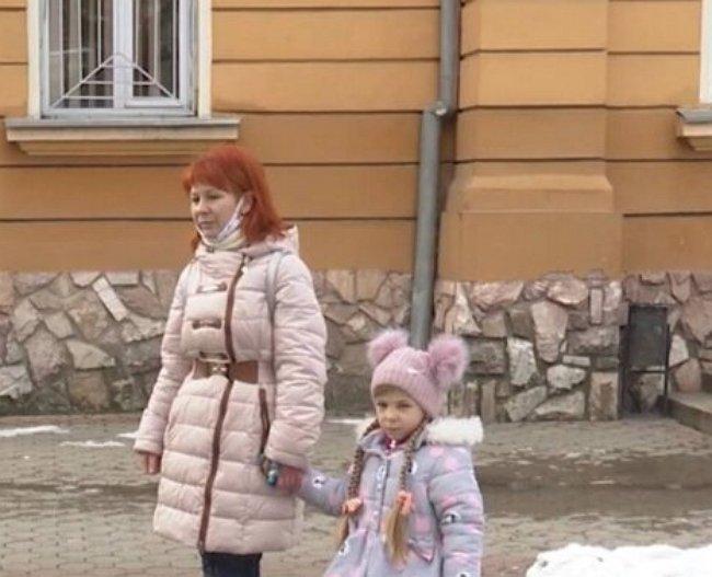 Аферисты в Закарпатье украли все деньги с карточки матери больного ребенка