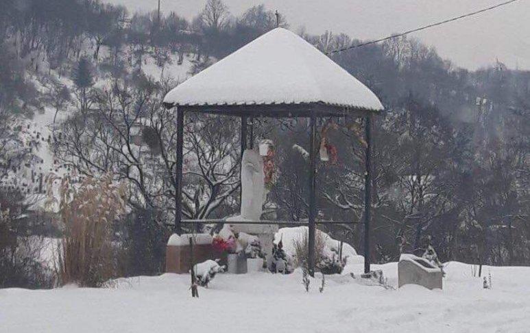 Вандалы в очередной раз обезглавили статую Пресвятой Богородицы в Закарпатье
