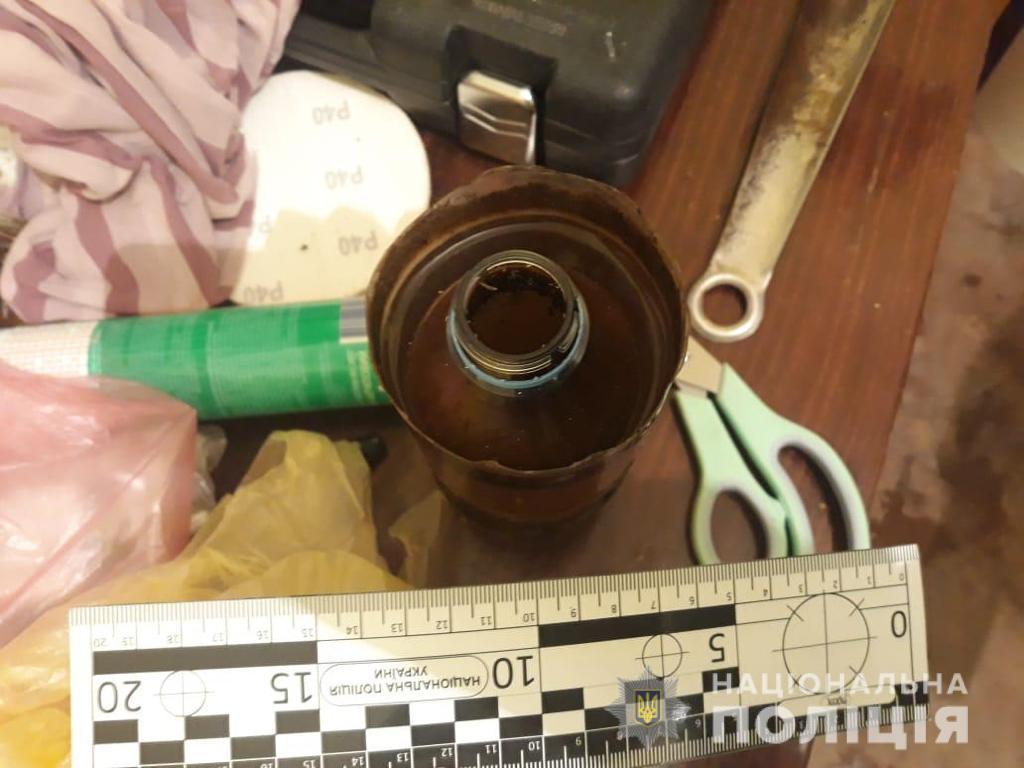 В Мукачево в ходе обысков нашли взрывоопасные предметы, холодное оружие и наркотики