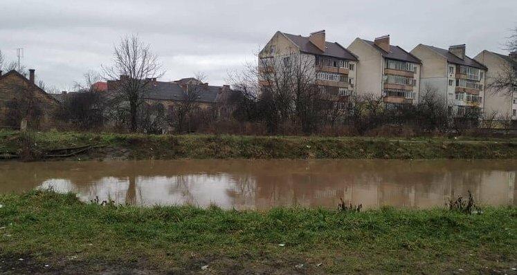 Через потужні дощі зі снігом на Закарпатті розливаються річки та канали