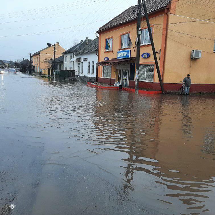 Дороги в селах Закарпаття ідуть під воду