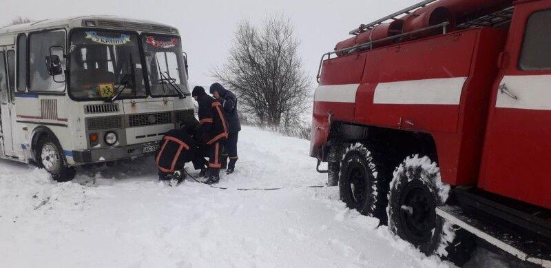 """Снежные заносы """"похоронили"""" на трассе автобус с детьми"""