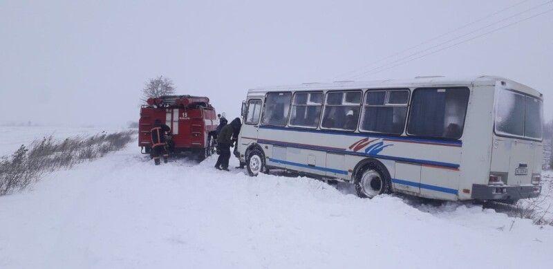 Автобус із 12-ма дітьми витягували зі снігової пастки пожежною цистерною
