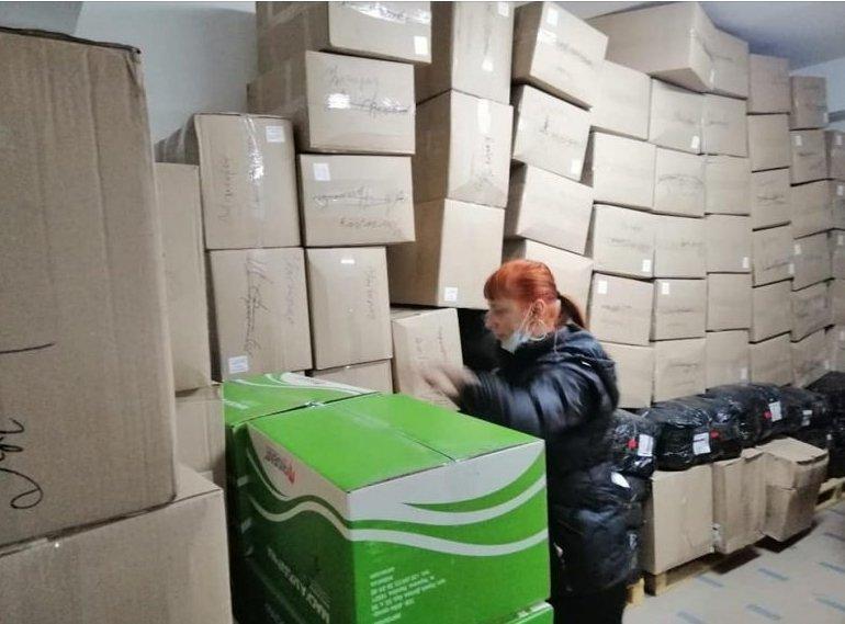 Повну вантажівку антиКОВІДного захисного одягу для медиків отримали волонтери Закарпаття