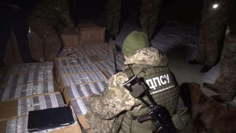 """Затриманий біля кордону з Румунією джип був """"запакований"""" контрабандними цигарками"""