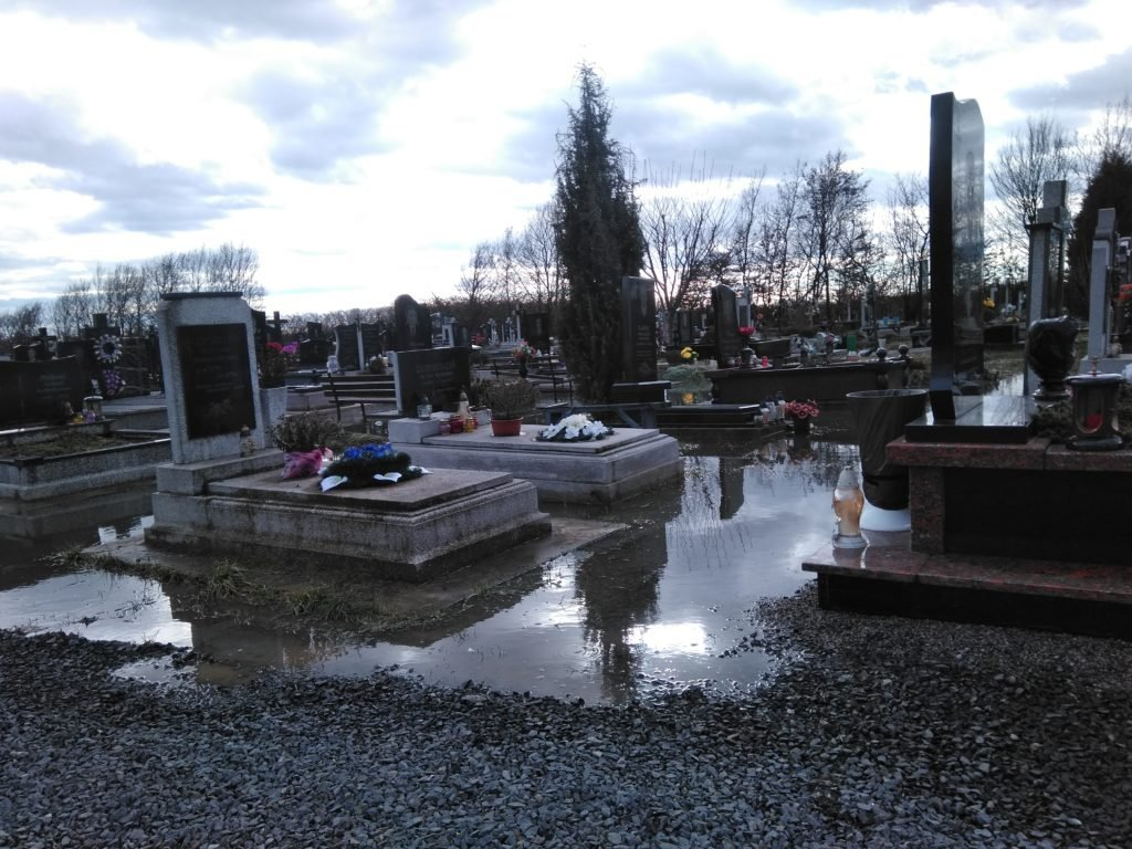 Дожди смывают свежие могилы на кладбище в Мукачево