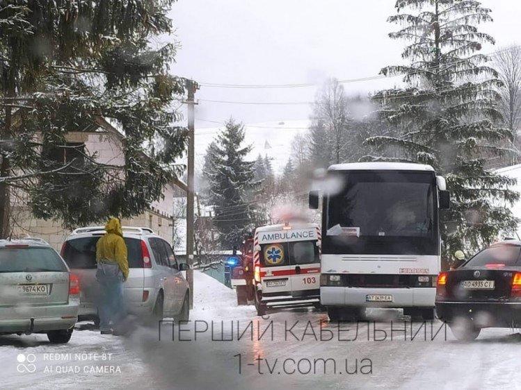 """Автобусу з подорожувальниками допомогли """"викарабкатися"""" рятувальники Закарпаття"""