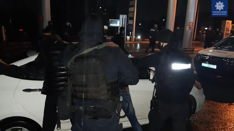 Поліція затримала в Мукачево автівку з озброєними молодиками