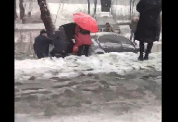 """Автомобили в Закарпатье """"летают"""" над дорогами"""
