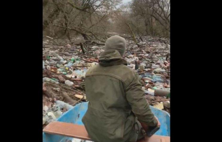 """На Закарпатті течуть """"пластикові ріки"""""""
