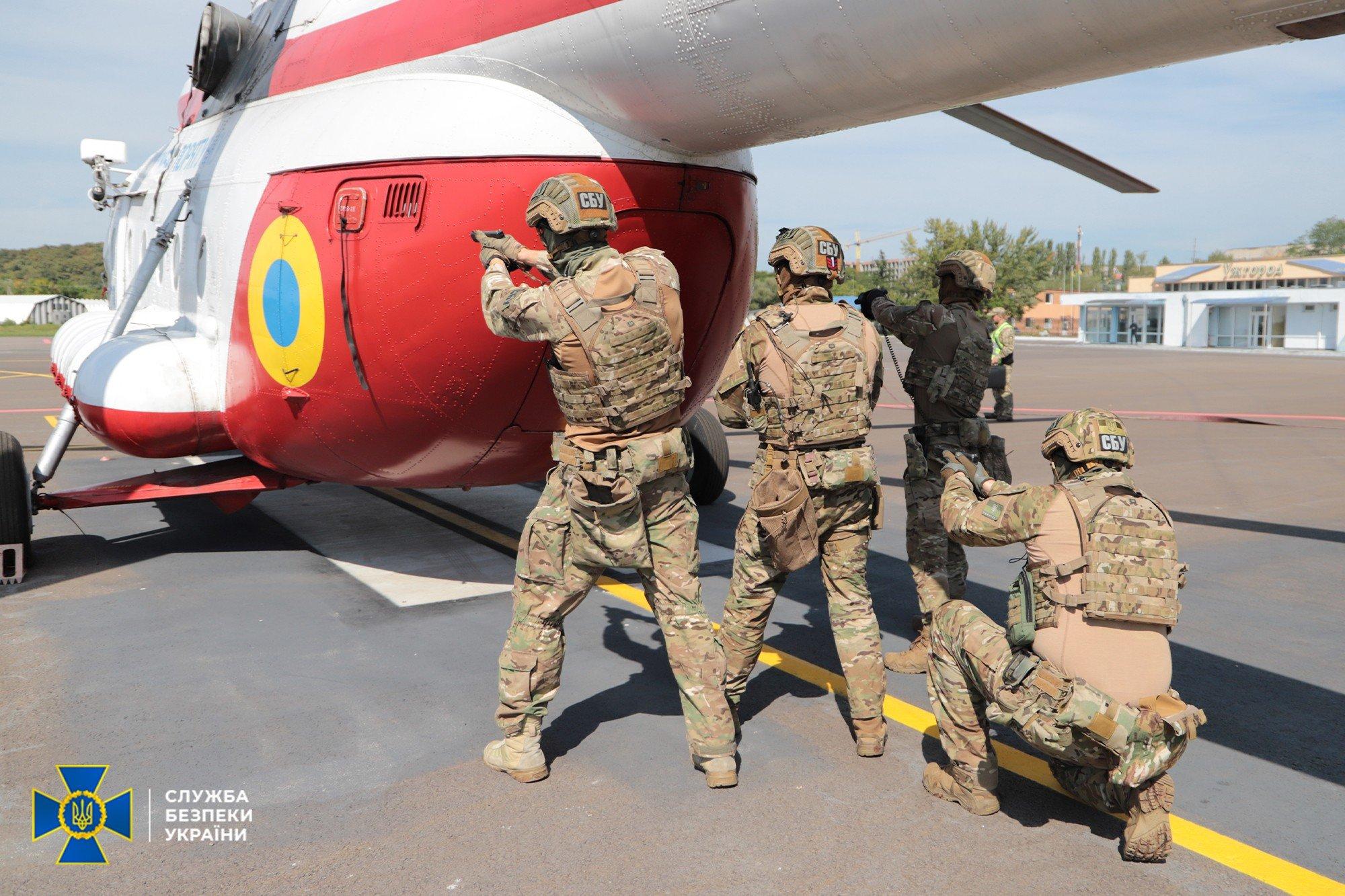 В Ужгороде террористы захватили вертолет в аэропорту, взяв заложников и выдвинув требования