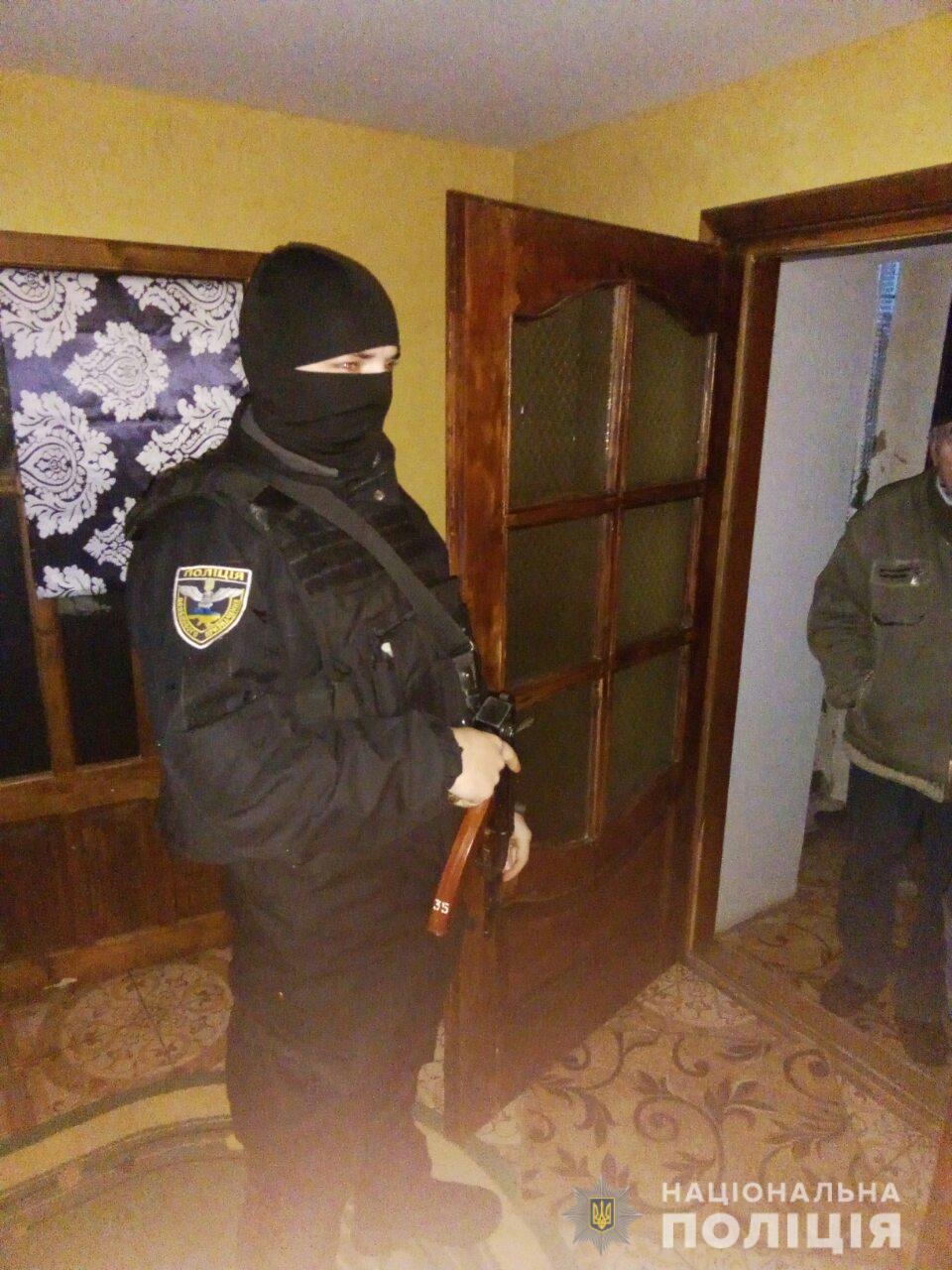 Правоохоронці Закарпаття вилучили вдома у чоловіка півкілограма марихуани