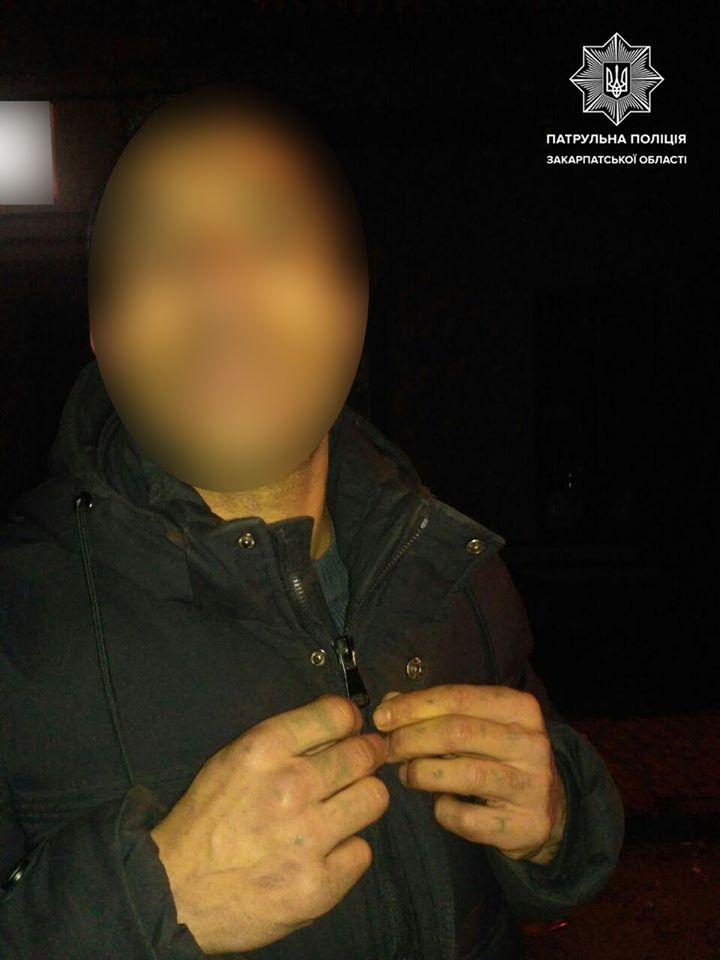 """Забрали всё: В Ужгороде туристов во время гулянки """"встретили"""" с кулаками и ограблением"""