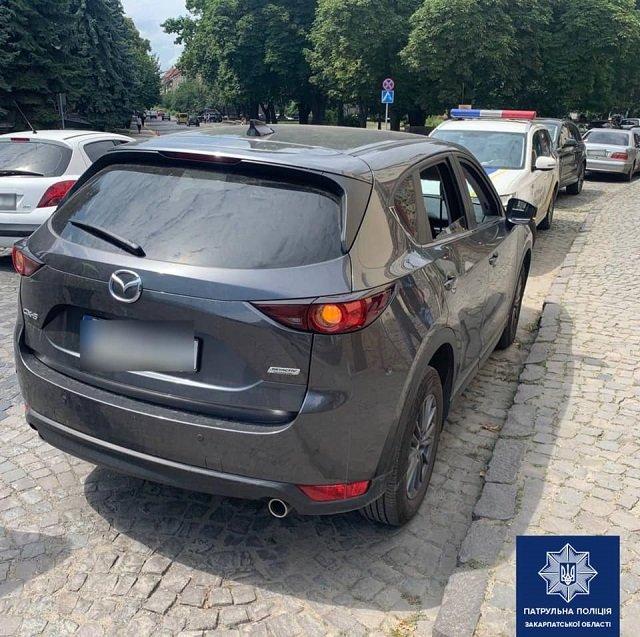 """ДТП в Ужгороде: """"Шумахер"""" на Nissan въехал в Mazda и скрылся"""