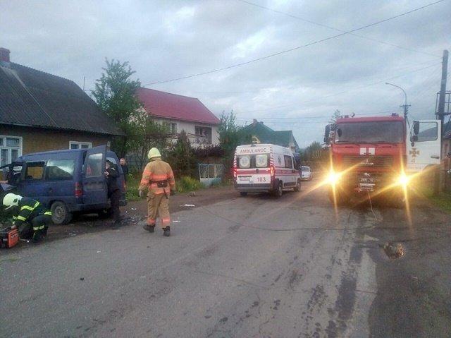 ДТП в Закарпатті: CITROEN в'їхав в бетонну огорожу, є постраждалі