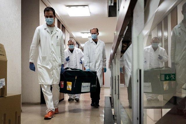 Образец вакцины российского производства прибыл в Будапешт