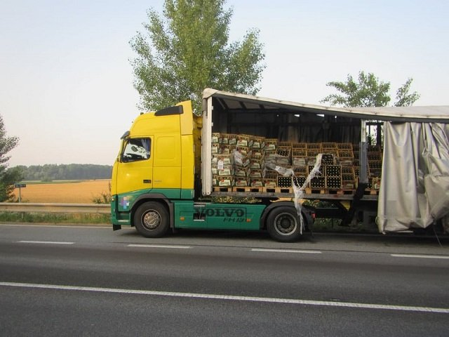 В Чехии фура «разбросала» по дороге сотни ящиков с пивом