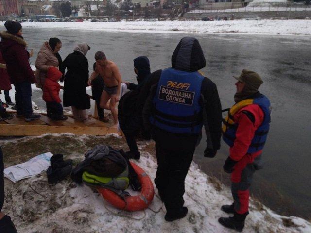 В Закарпатье празднуют Крещение Господне и окунаются в ледяную воду