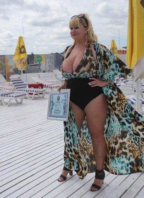 Известная украинская модель с 13 размером груди стала рекордсменкой Украины