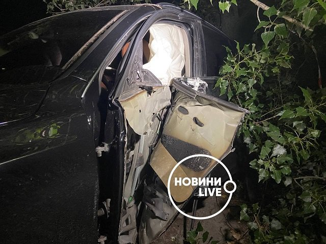 В Киеве судья на люксовом кроссовере протаранила дерево и едва не поубивала людей
