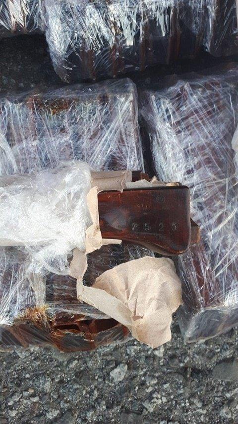 На КПП Ужгород служебная собака обнаружила контрабанду составляющих к автомату АК-74