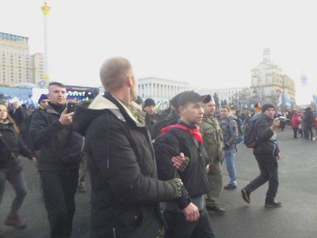 На митинге на Майдане в Порошенко полетели яйца