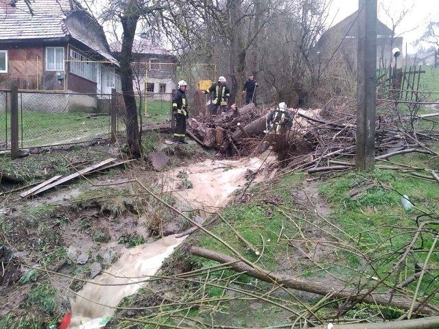 """Непогода в Закарпатье: Из-за проливного дождя и захламленного ручья дворы в Воловце """"поплыли"""""""