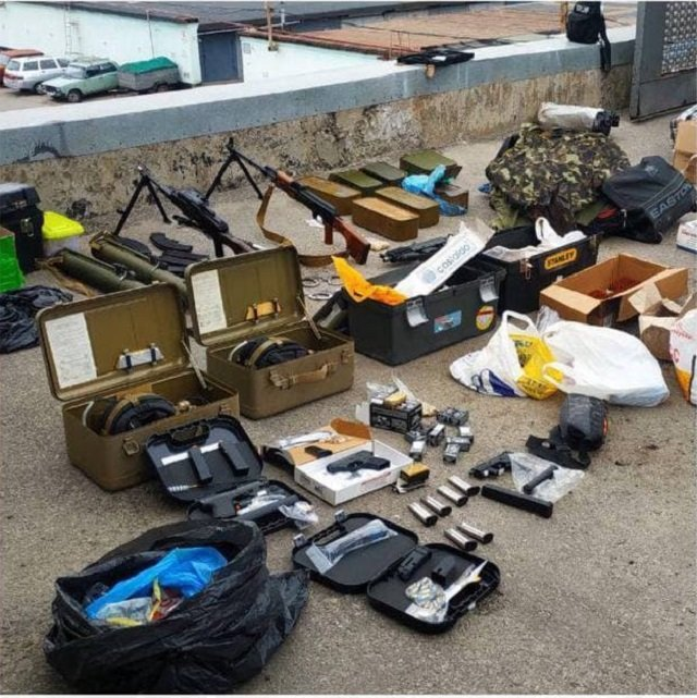В Харькове мужчина хранил в гараже огромное количество оружия и боеприпасов