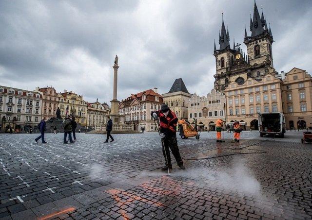 В Чехии полиция ищет человека, сделавшего надпись на брусчатке Староместской площади в Праге