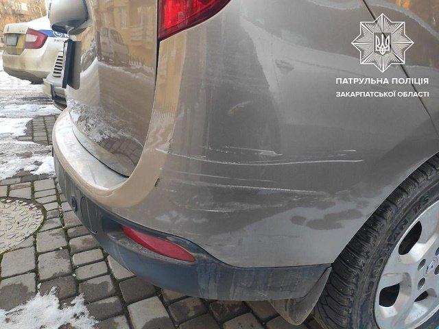 В Ужгороде трусоватый водитель влепился в Renault и скрылся с горизонта