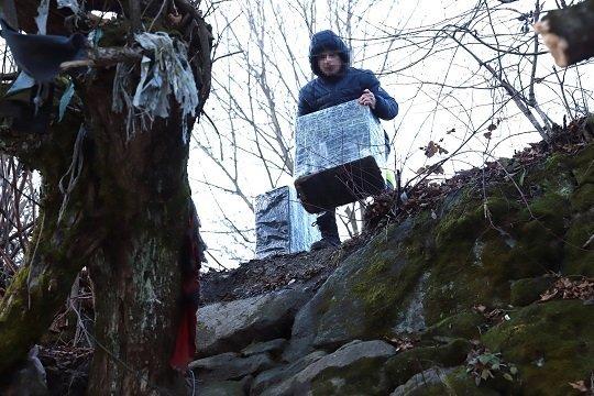 """Наставили автоматы: На Закарпатье возле реки заметили парней в сомнительных """"нарядах"""""""
