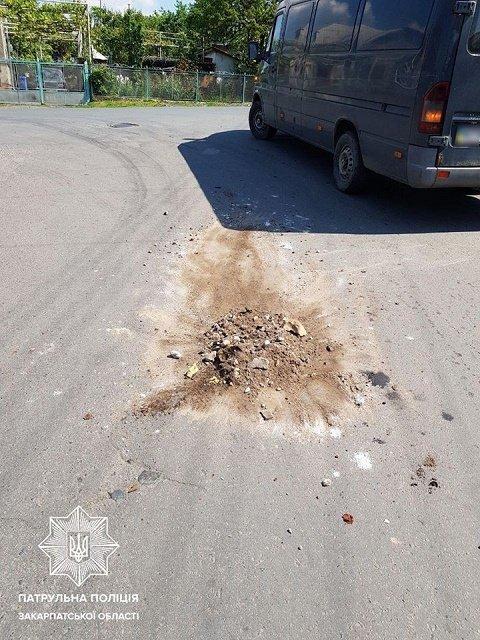 В Ужгороді піймали роззяву, у якого з причепа вантажівки сипалося сміття