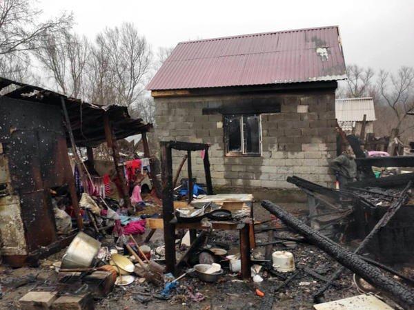В Ужгороде пожар охватил самострой в цыганском таборе