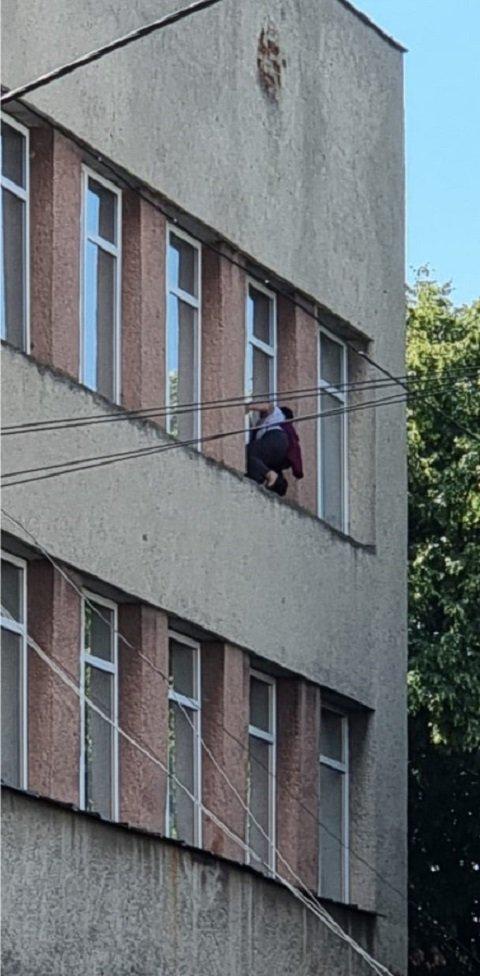 В Ужгороде отчаянная женщина без страховки мыла окна на немалой высоте