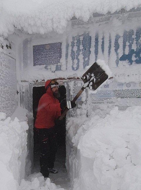 Потрясающие снимки зимних будней з горы Поп Иван опубликовали в сети