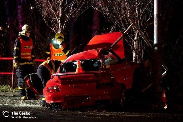Страшная авария в Чехии: Разбился шикарный Porsche, зажатого пассажира вытаскивали спасатели