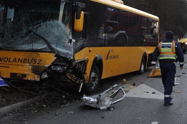 Смертельное ДТП в Венгрии: В автобус влетела легковушка - виновник ДТП погиб, 17 травмированных (ФОТО)