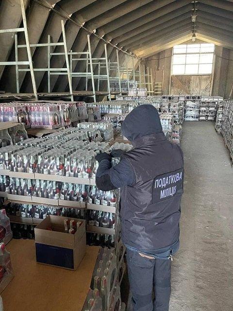 """В Закарпатье силовики выявили нехилую партию """"паленой"""" водки - изъяли 40 000 литров"""