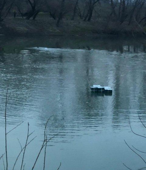 """В Закарпатье пограничники выловили из реки нехилую партию сигарет - контрабандисты """"уплыли"""""""