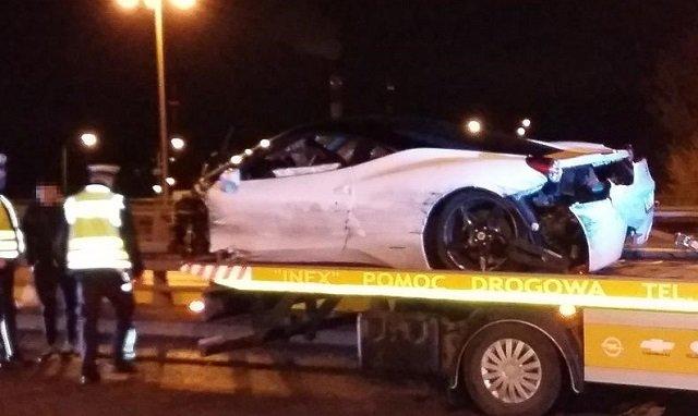 В столице Польши Ferrari за 200 тыс. долларов на полном ходу влетел в отбойник