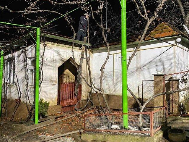 Пожилой хозяин был внутри: В Закарпатье горящий дом заметили соседи