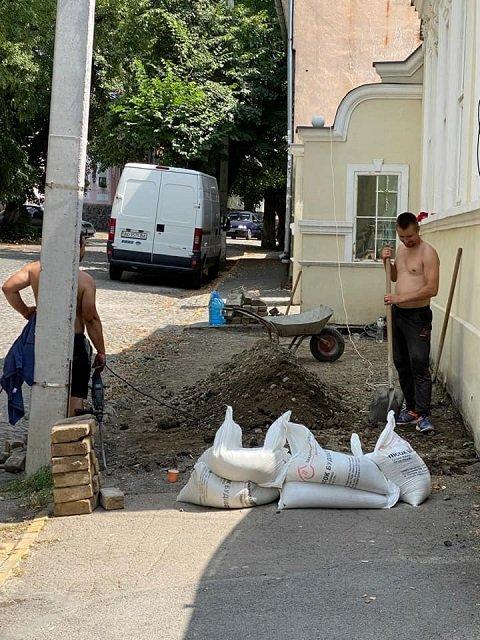В історичному центрі Ужгорода безжально руйнують тротуар, який пережив Другу світову війну