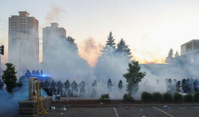 В городах США ввели комендантский час: Протесты и беспорядки охватили 25 городов