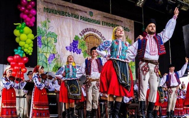 Танцюристи Заслуженого Академічного Закарпатського народного хору виконують угорський танок