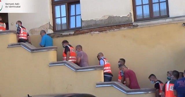 В Закарпатье открыли дело в отношении таможенников из-за найденного в Венгрии миллиона контрабандных сигарет